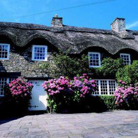 Blumenumrankte Cottages, wie man sie von den Pilcher-Romanzen kennt