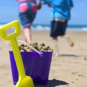 Wer baut die höchste Strandburg? Sand gibt es an den Stränden der Südküste zu Genüge...