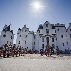Schottische  Parade vor dem Blair Castle