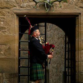Dudelsackspieler vor dem Cawdor Castle