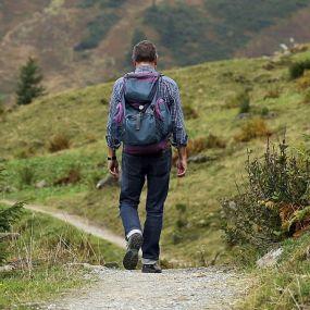 Mit dem Rucksack auf dem Rücken die Natur genießen
