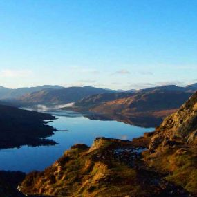 Glasklare Lochs prägen das Bild des Glencoe Tals