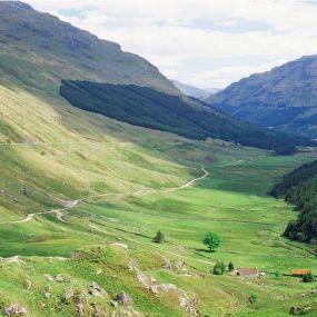 Sattgrüne Hügel ziehen sich durch das Glencoe Tal