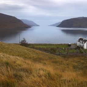 Lochs und karge Landschaften prägen das Bild Schottlands