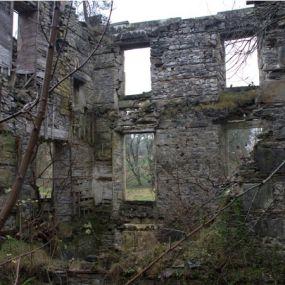 Die Ruinen erzählen Geschichten aus der Vergangenheit.