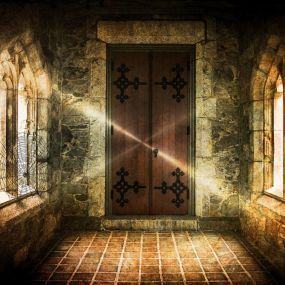 Mystisch schimmert die Sonne ins Geisterschloss