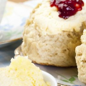 Genießen Sie ein traditionelles Cream Tea nach dem Besuch des Sissinghurst Gartens!
